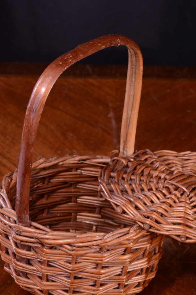 Tiny wicker basket with handle : Cute antique art nouveau miniature wicker basket wooden