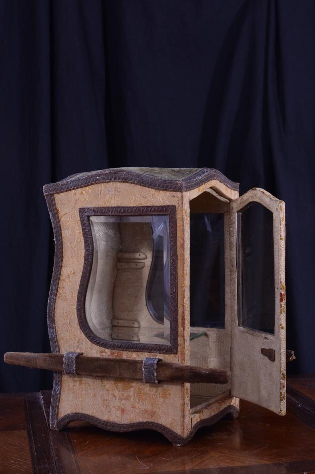 Chaise porteur vitrine soie brod e boite bijoux poup e for Chaise a porteurs